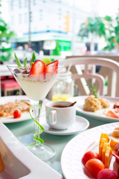 Frutas frescas y yogurt