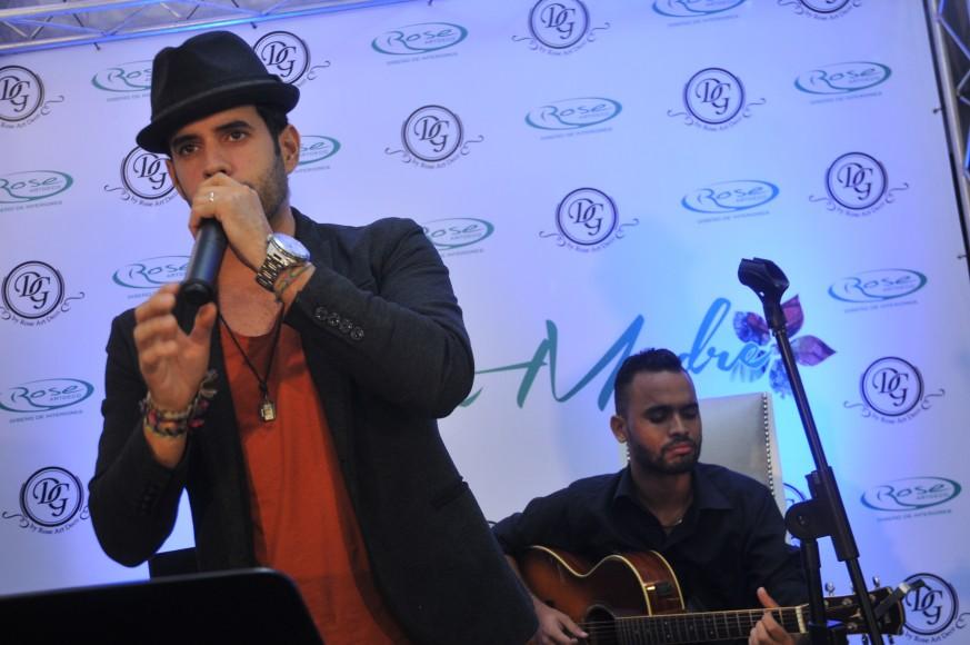 Manny Cruz canta al final de la actividad