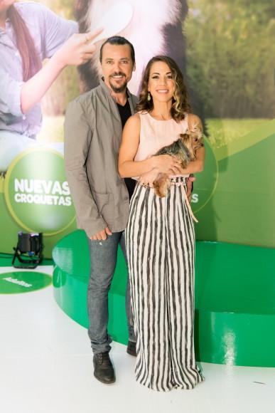 12. Federico Ozores y Karina Larrauri junto a su mascota Campanita