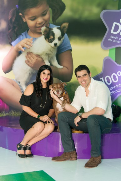 16. Dominique Bonelly y José Guillermo Cortines junto a su mascota Jay
