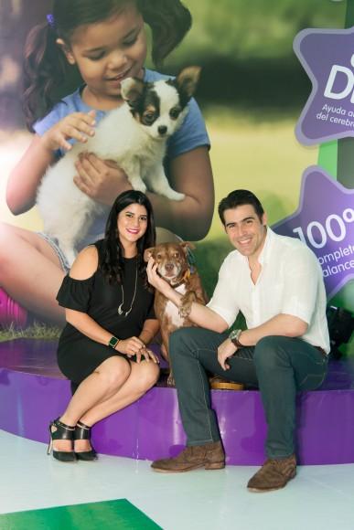 16. Dominique Bonelly y José Guillermo Cortines junto a su mascota Jay