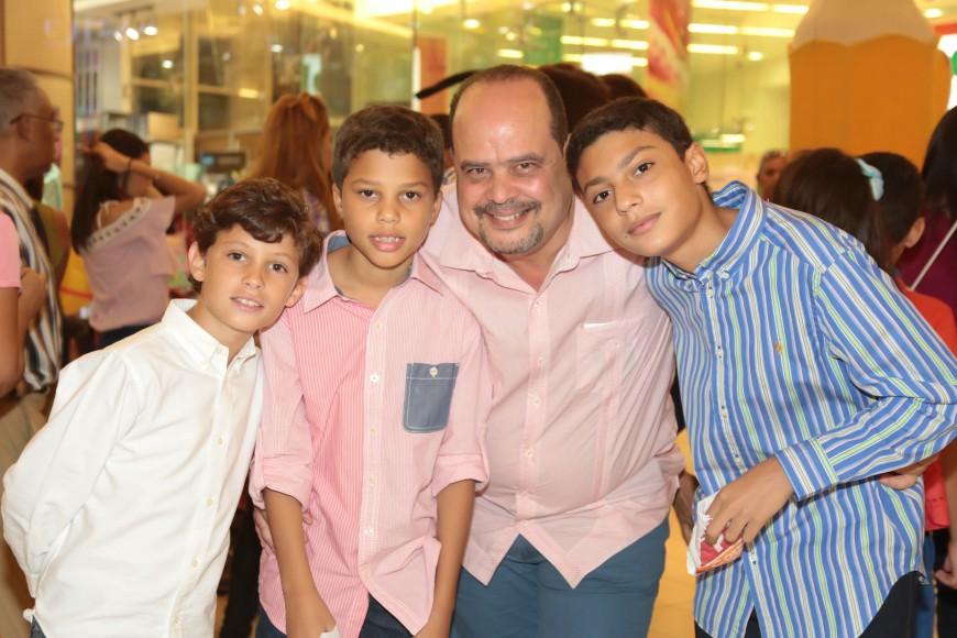 8 Ernesto Henríquez, Jorge Paredes Rosario, Carlos Paredes Cardi y Carlos Paredes Rosario