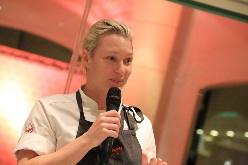 Emma Bengtsson, se dirige a los presentes