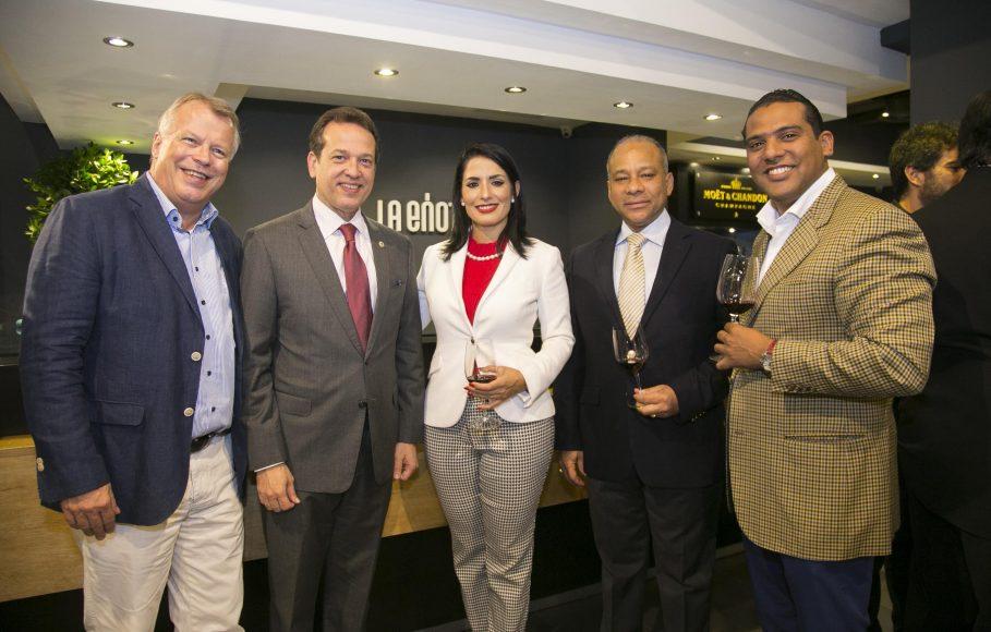 3 Embajador Suizo, Urs Schnider_ Ito Bisonó, Marjorie Espinosa, Amilcar Tejada y Carlos Ventura.