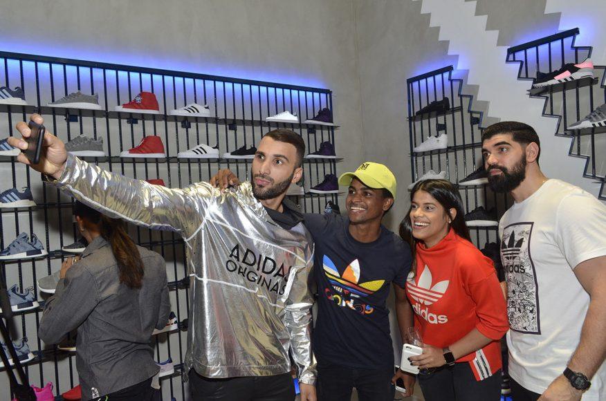 Foto 24 Ostwal González tomando un Selfie con equipo de Adidas