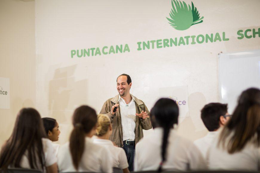 1.Alejandro García, imparte la charla