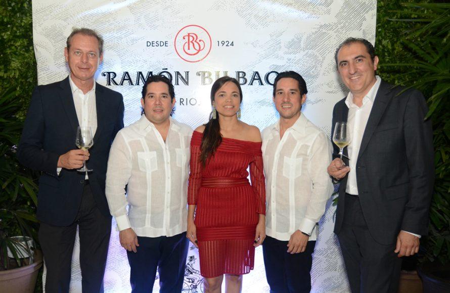 2. Javier Schoendorff, Gustavo Gomez, Michelle Menendez, Manuel Gomez y Rodolfo Bastida