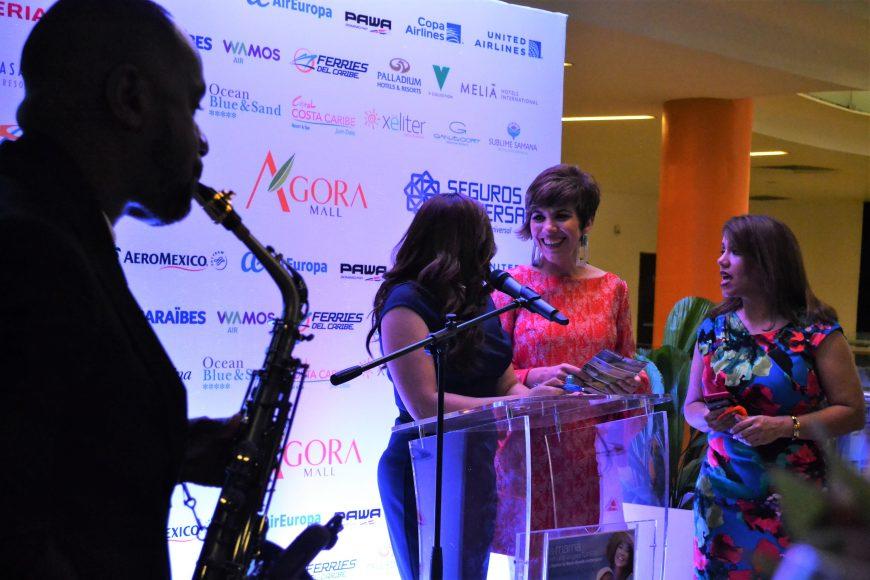 Eileen, Theresa y Catherine conversan durante el evento