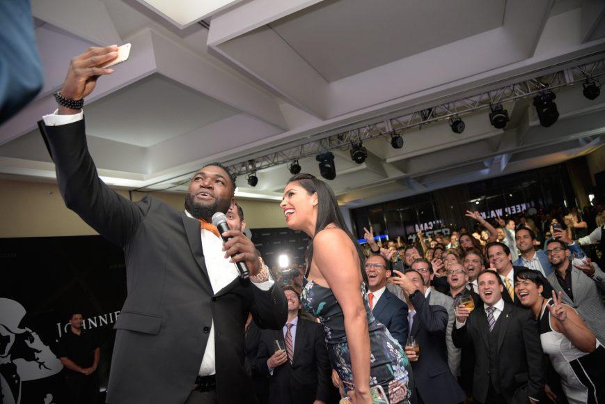 24. David Ortiz y Lizbeth Santos haciendo un selfie con el público
