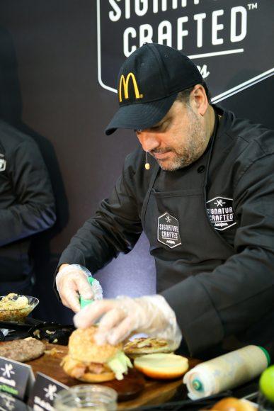 Chef Leandro Díaz preparando burgers (1)