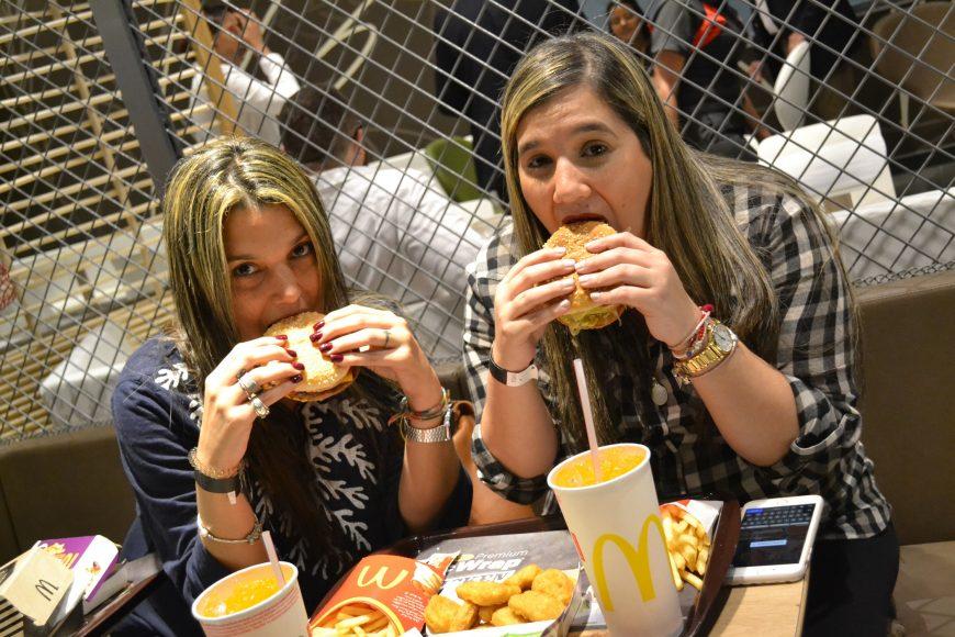 Invitadas disfrutando de sus hamburguesas