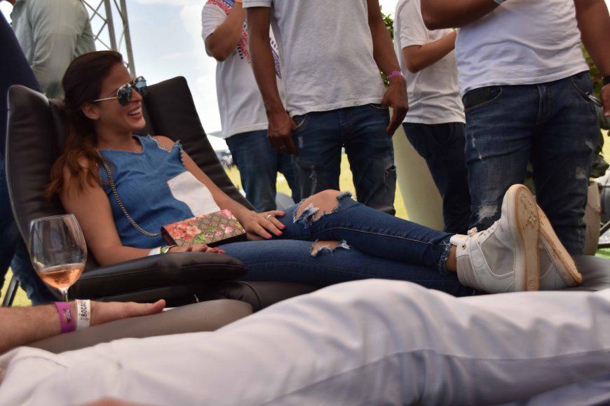 Graciella Dietsch se relaja en un sofá de Natuzzi