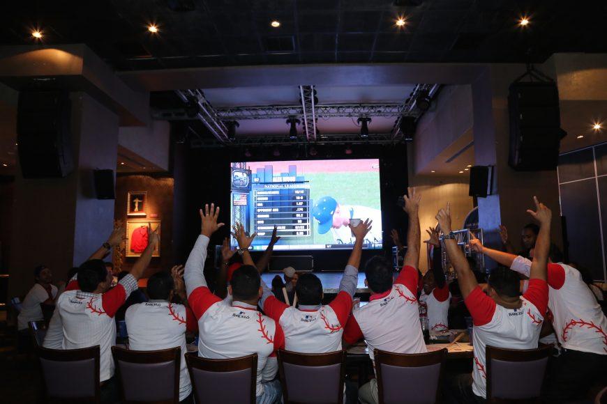 Los fanáticos celebran durante el All Star Game en HRCSD