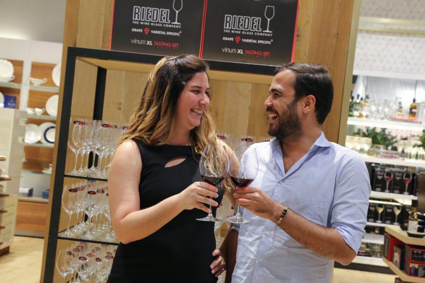 Paola y Paul Alfonso brindan con las copas Riedel