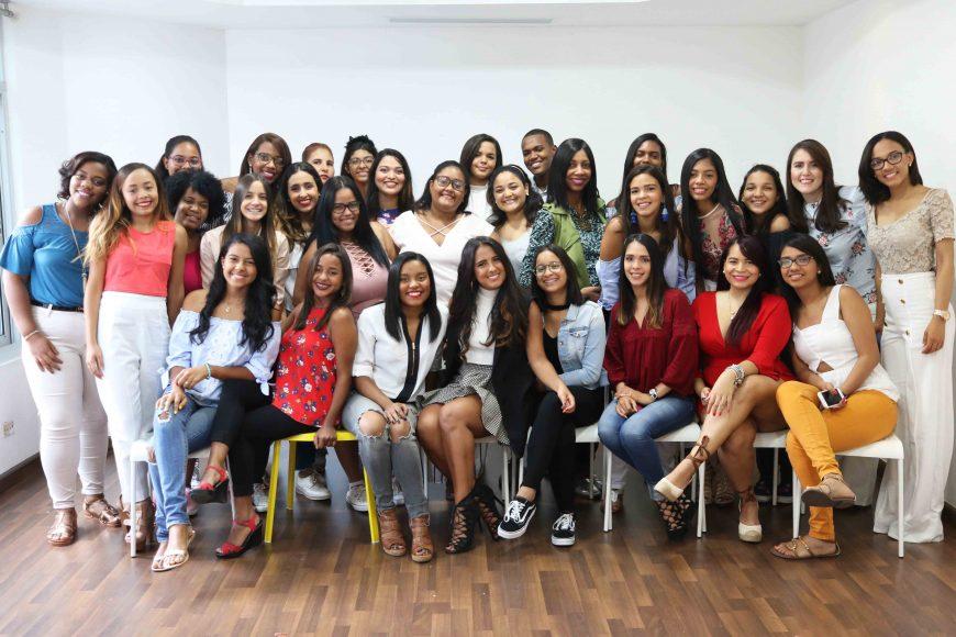 PRINCIPAL - Paloma de la Cruz y jóvenes asistentes a la charla