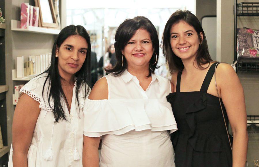 6. Marleny Javier, Carmen Rizek y Elisa Heinsen