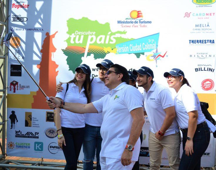 Miguel Calzada se hace un selfie con grupo de asistentes al Rally