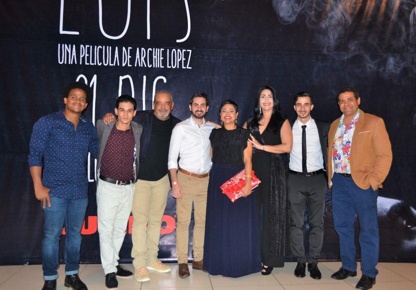 Desiree Reyes Peña junto al elenco de Luis