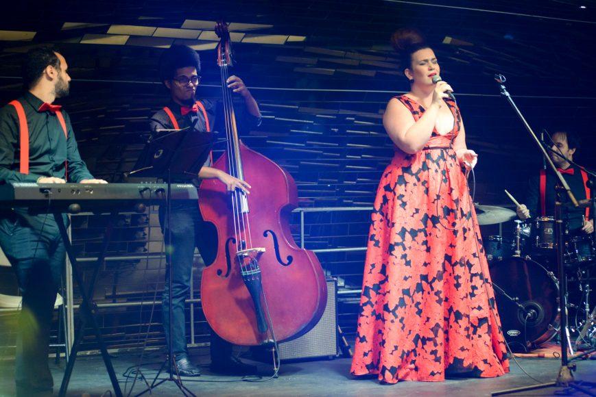 María del mar interpretó canciones alusivas a la navidad
