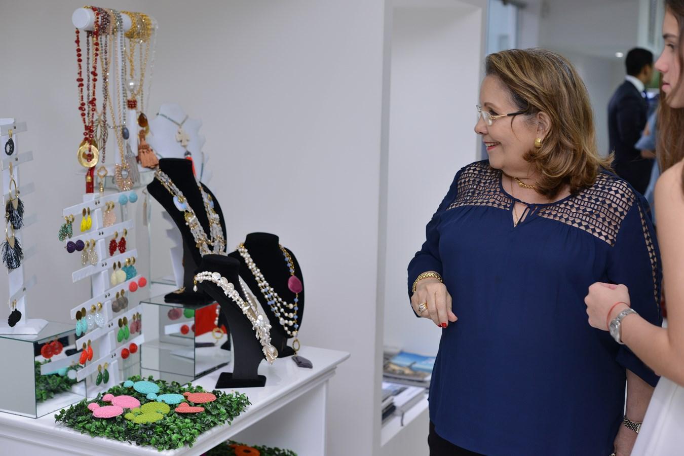 La Señora Lidia de Nouel observando los accesorios