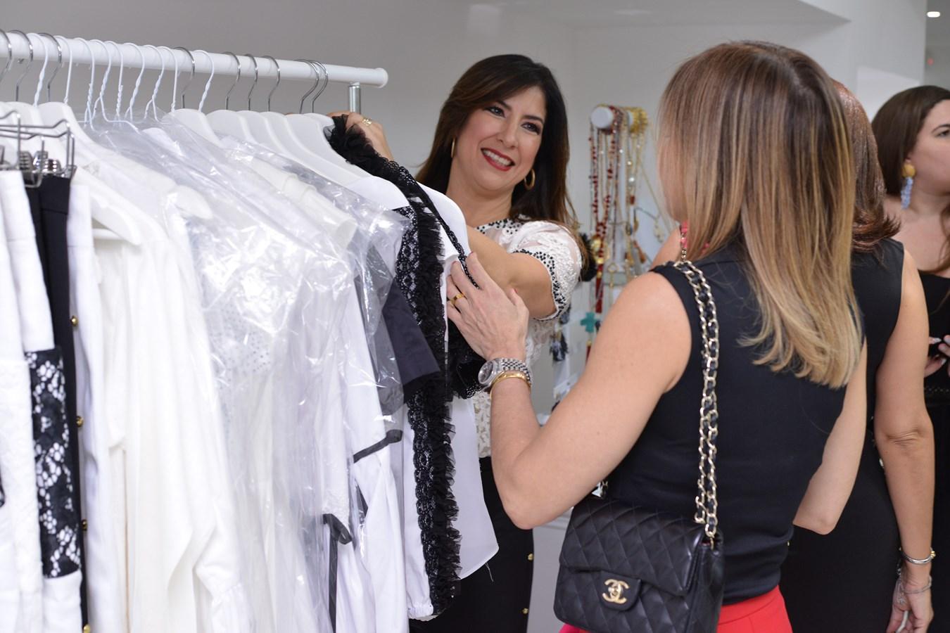La señora Patricia Guerra mostrandole a la Sra. Rosa Ugona parte de la nueva colección
