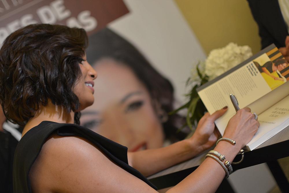 Carolina Cruz de martinez en firma de libro. 3