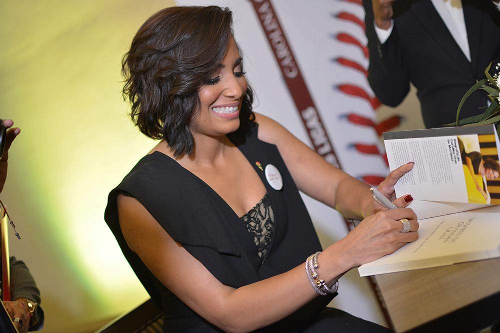 Carolina Cruz de martinez en firma de libro.