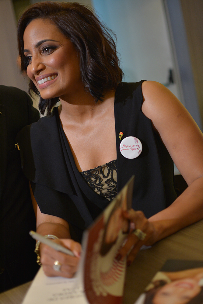 Carolina Cruz de martinez en firma de libro.1
