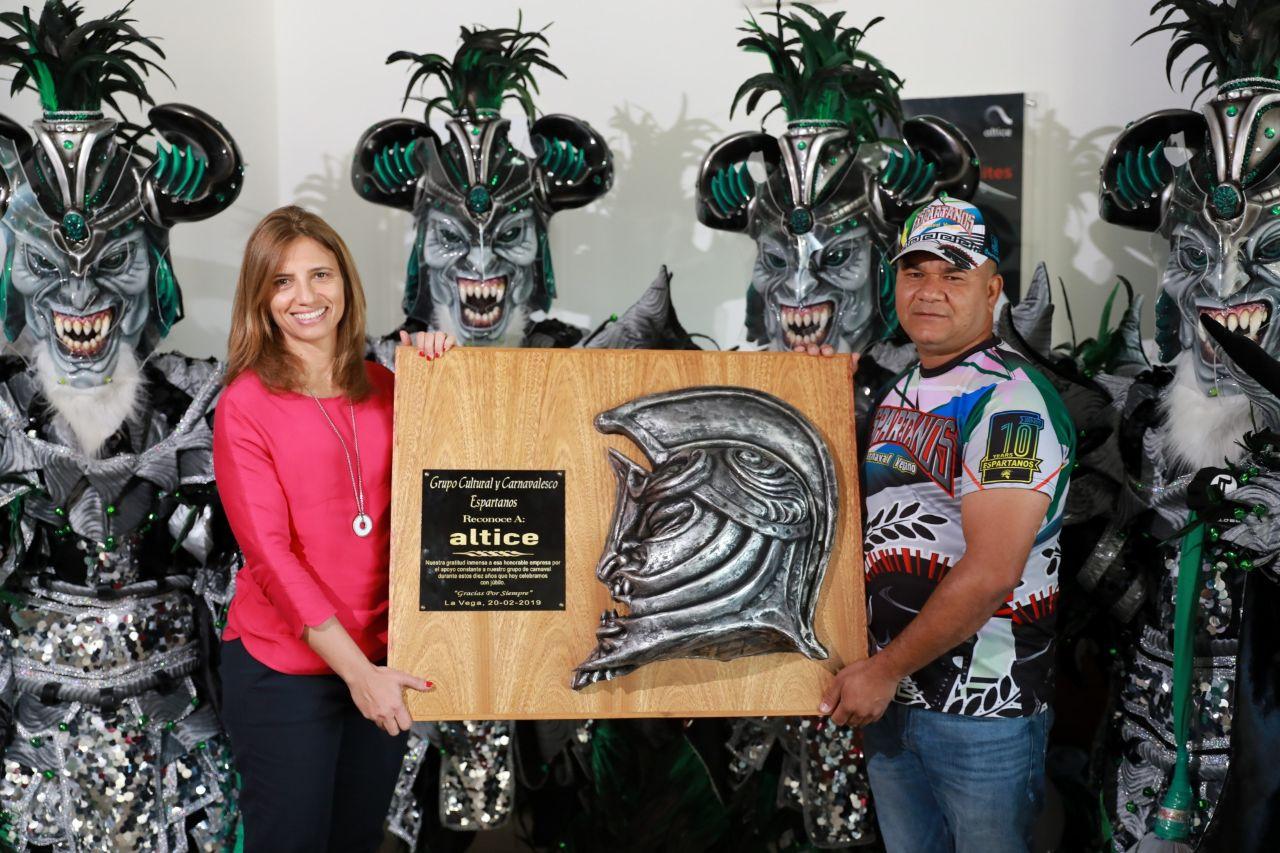 1. Ana Figueiredo recibe de Los Espartanos reconocimiento
