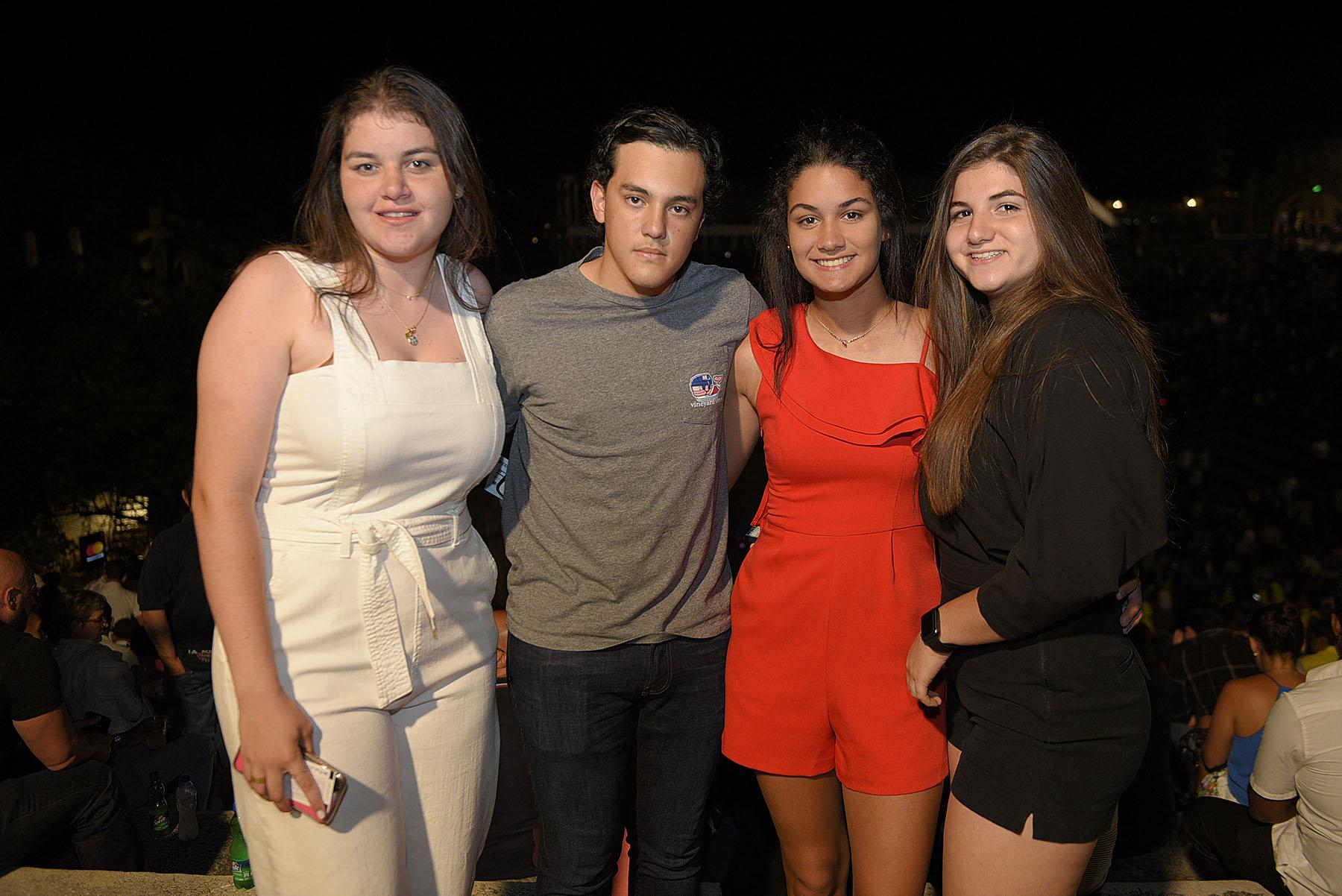 3. Daniela Morel, Phillip Clark, Alexandra Castillo y Dania Vega