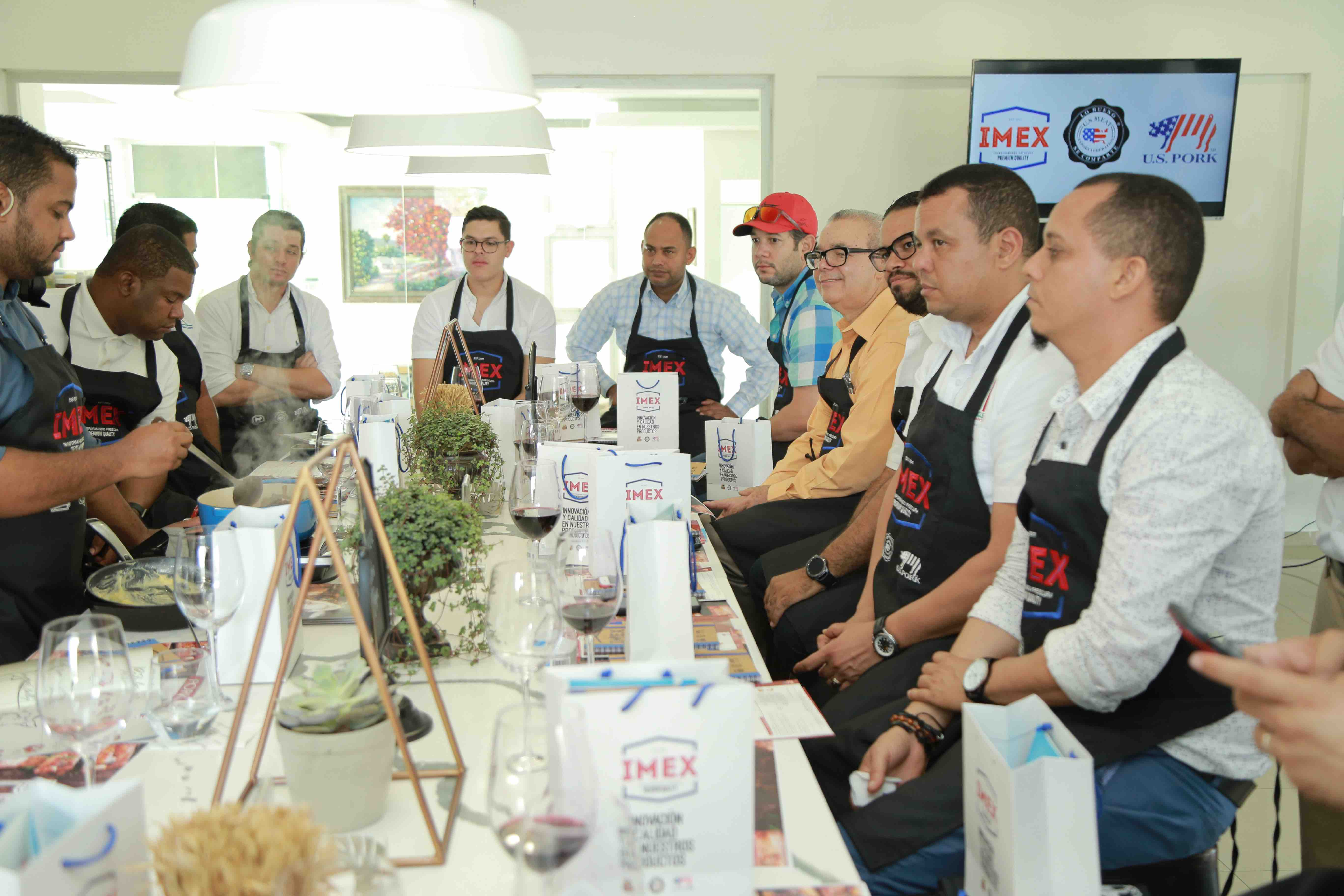 6. Invitados aprendiendo junto al chef Raymond