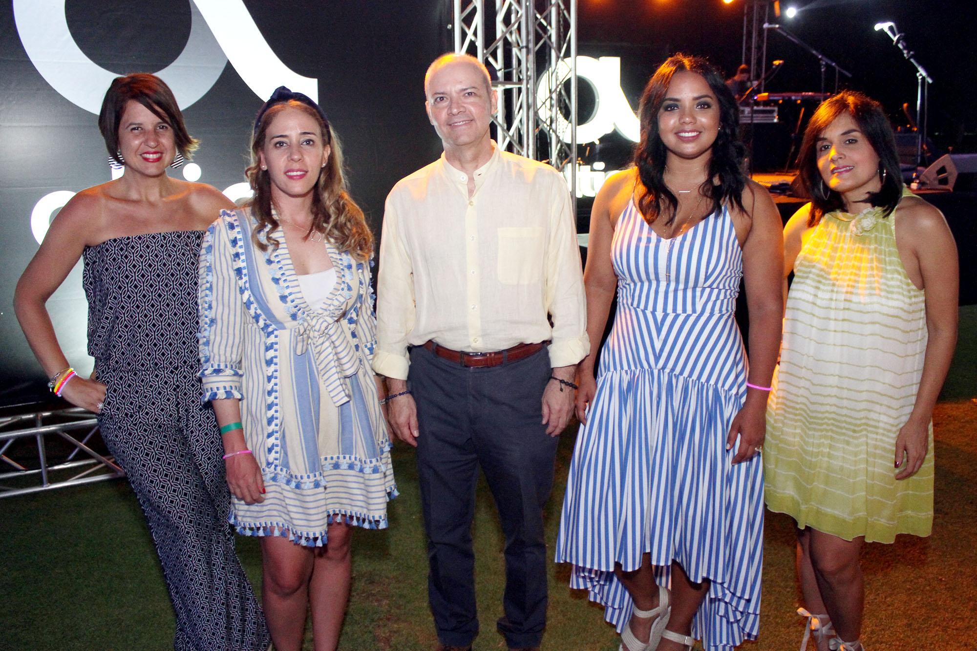 1. Principal Giselle Caputo, Katherine Mendez, Cesar Lozano, Franchesca Paez y Liza Arzeno