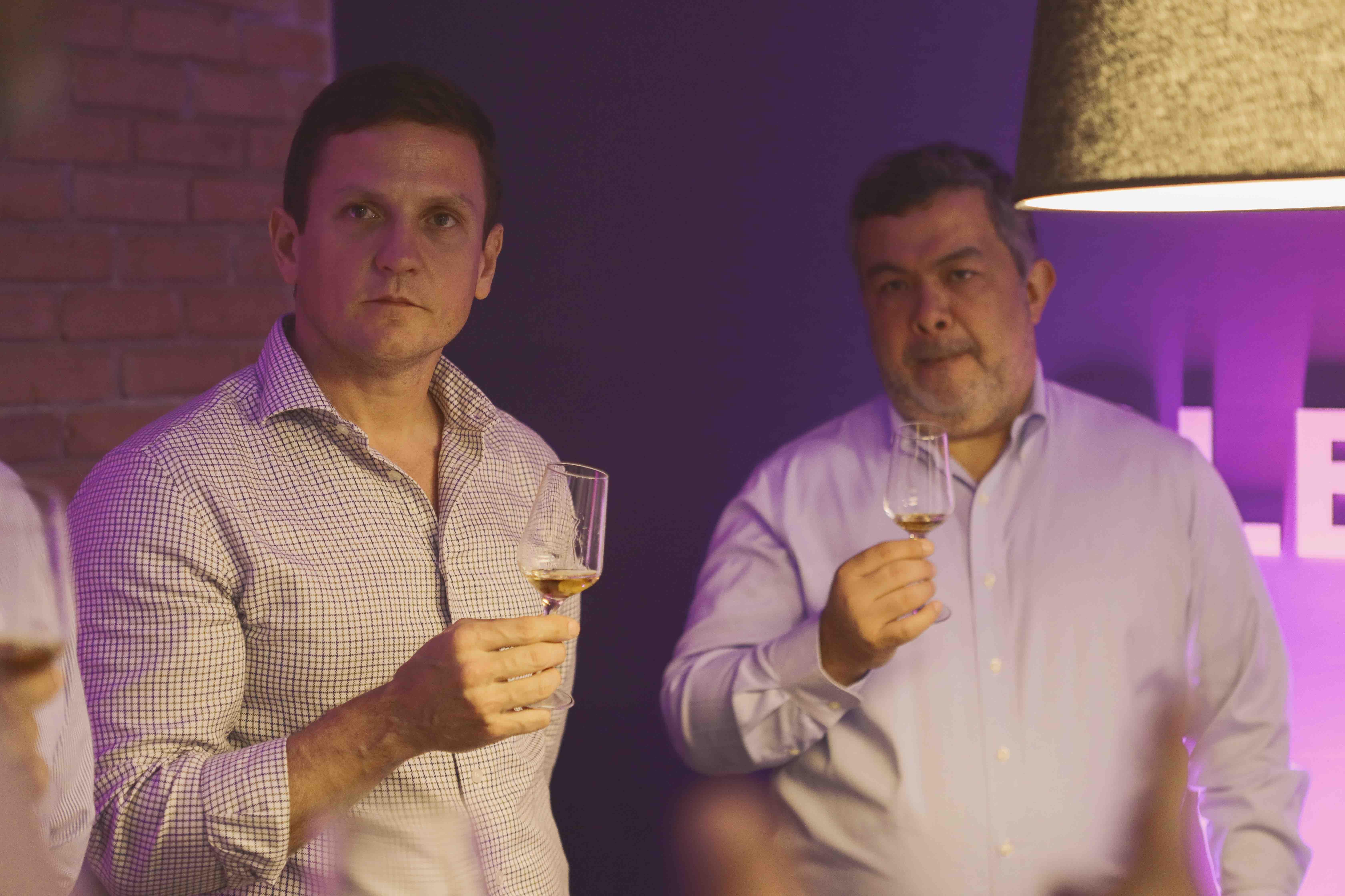 9. Ricardo Salazar y Luis González escuchan sobre Glenrothes