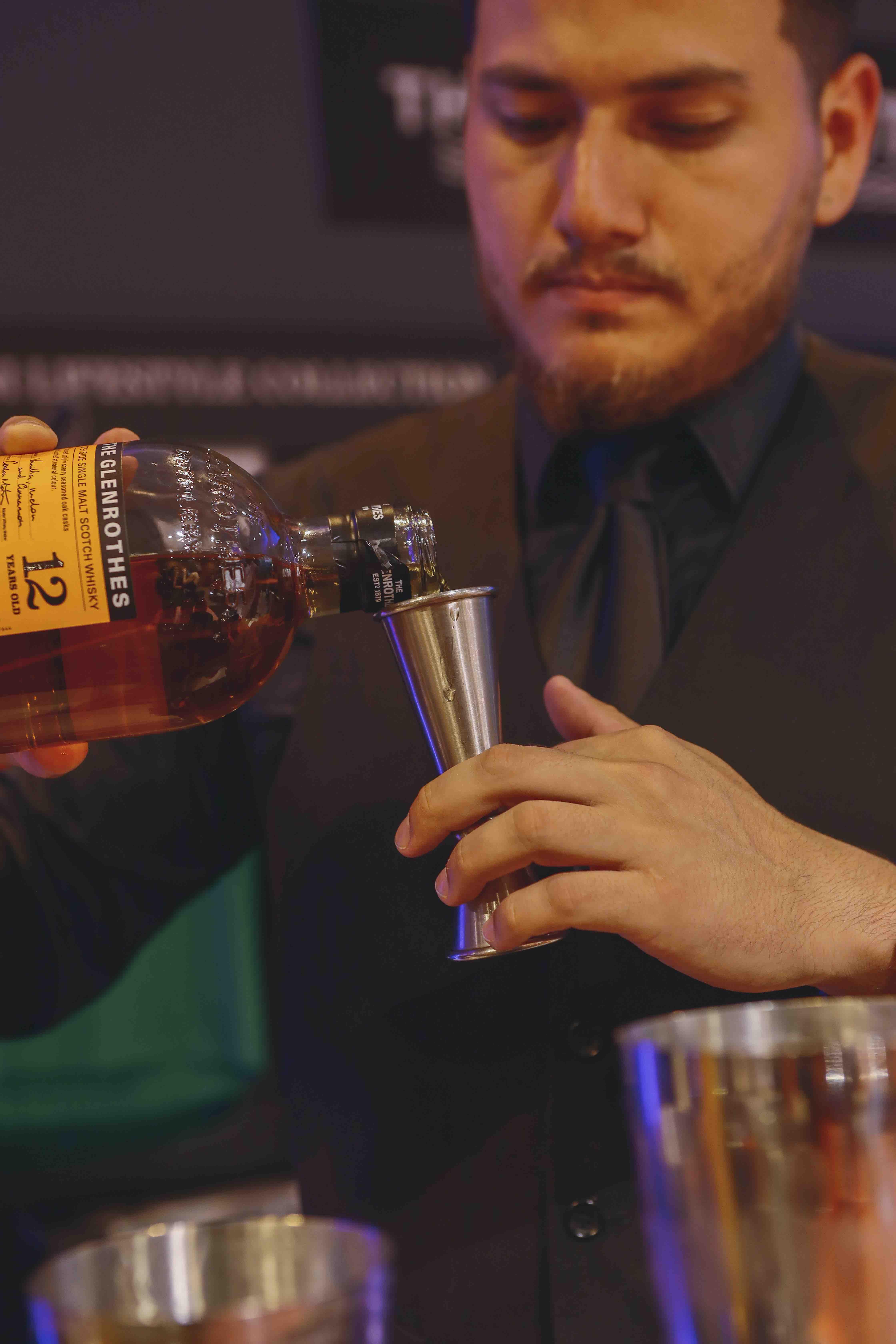 Bartender sirvendo tragos de glenrothes