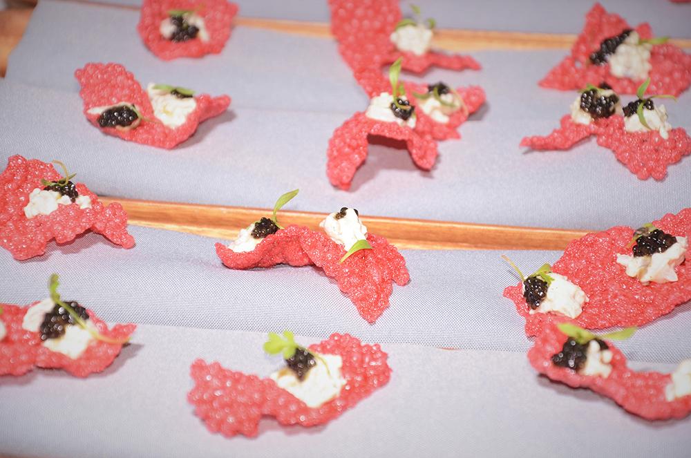 Crujiente de tapioca, remolacha, tartar de camarón de río y caviar