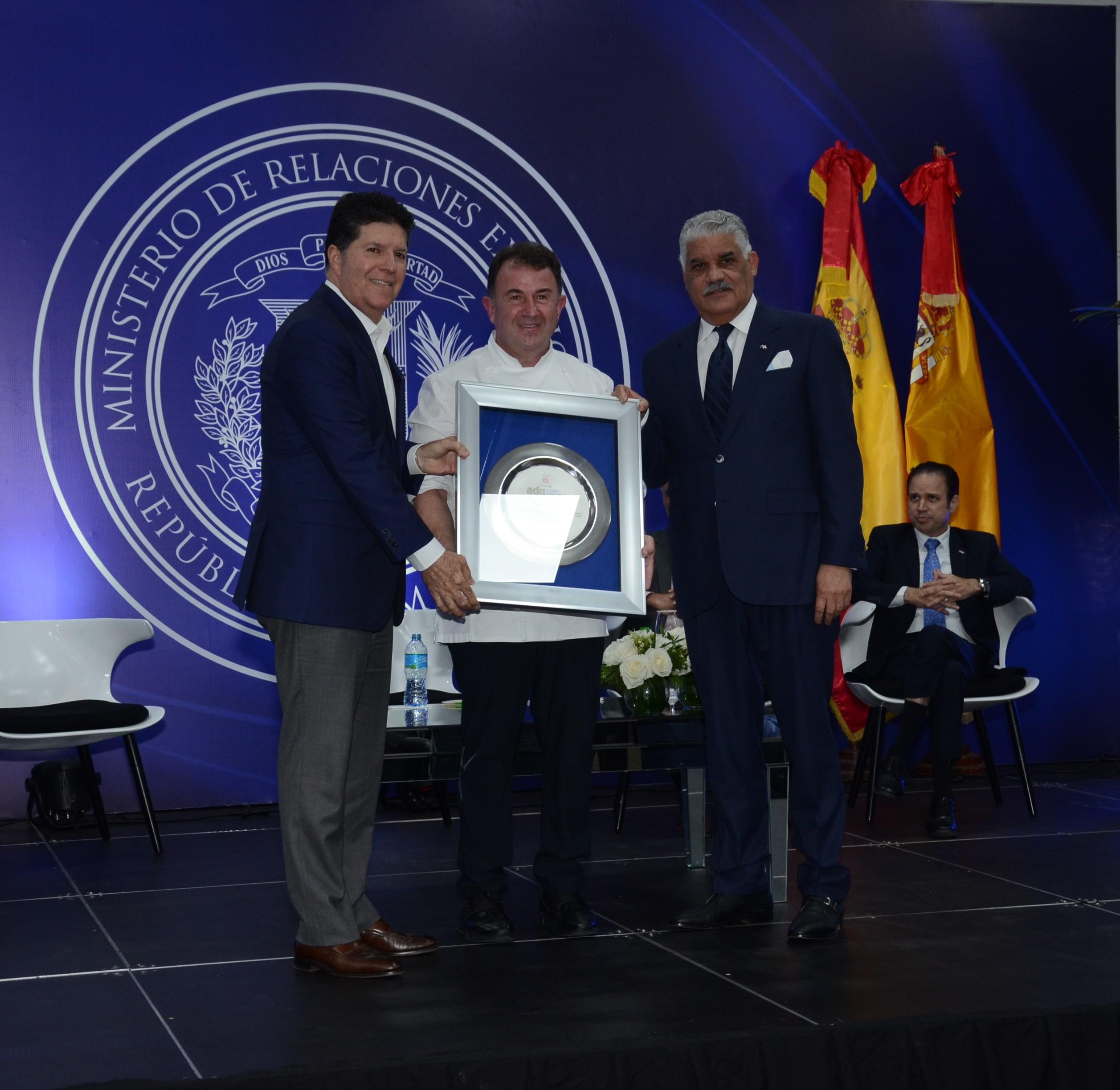 Entrega reconocimiento a Martin Berasategui a cargo Luis Ros Presidente de la Academia Dominicana de Gastronomía