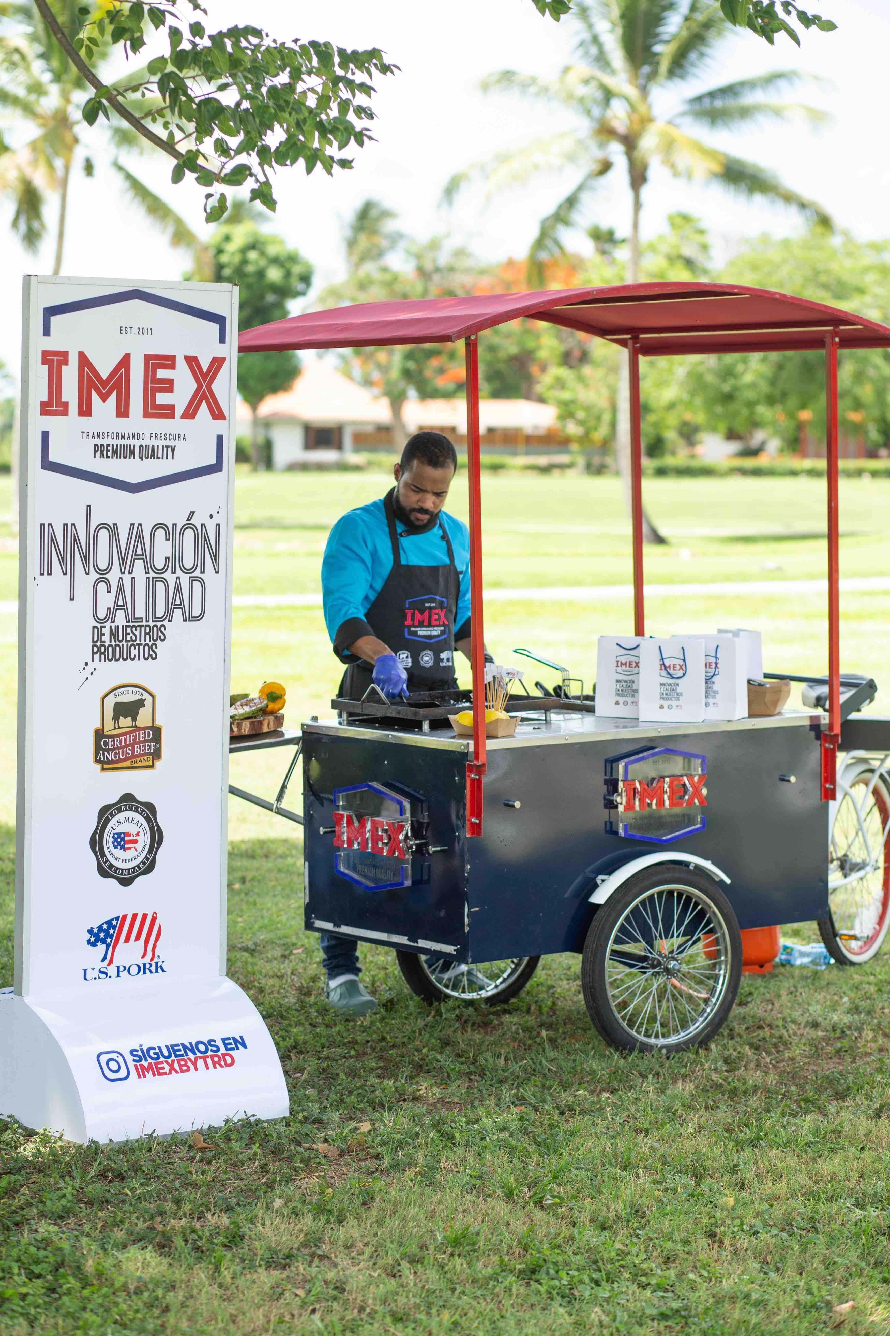Chef Corporán en el stand de Imex
