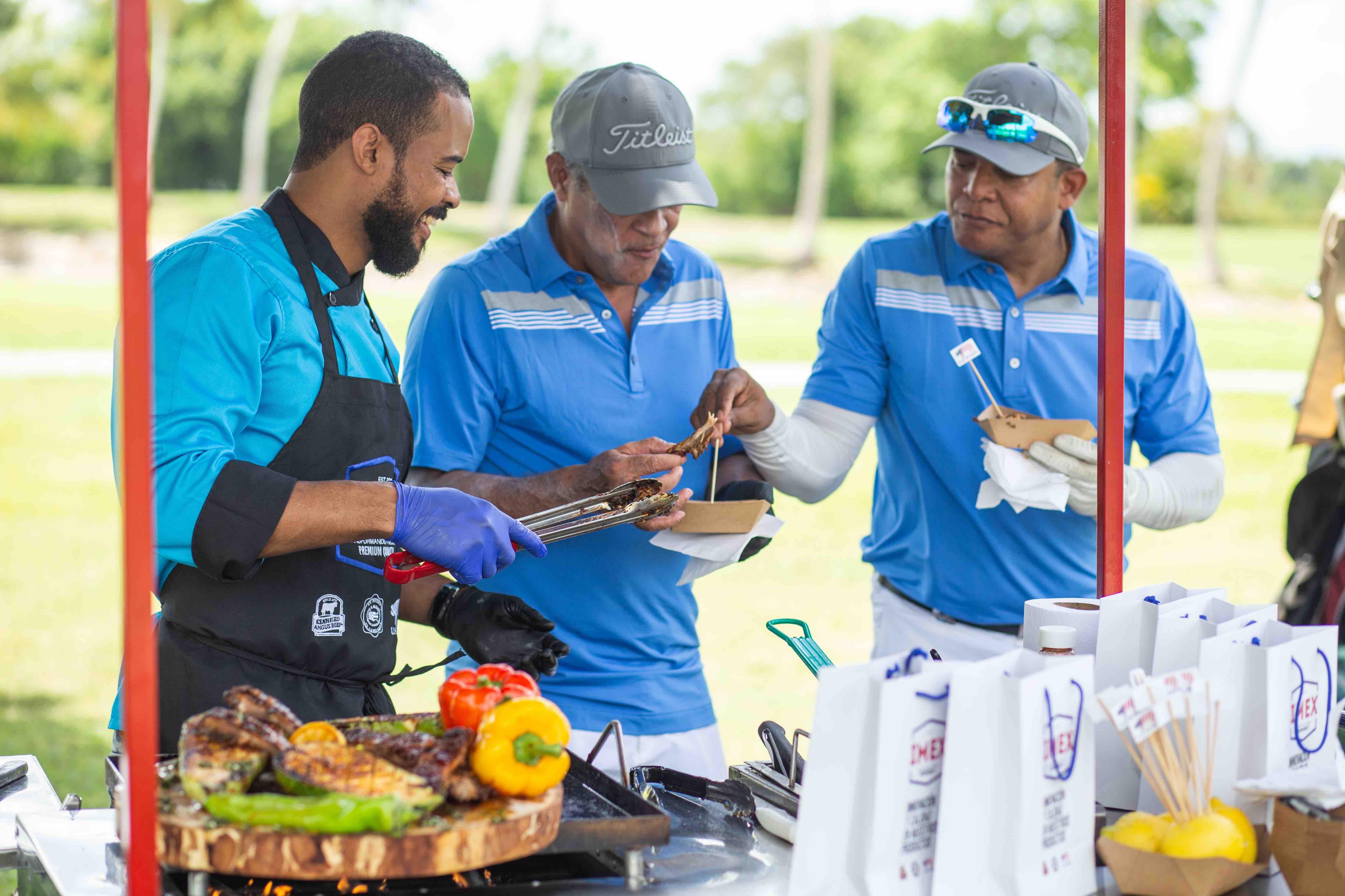 El chef sirve sus platos a los golfistas