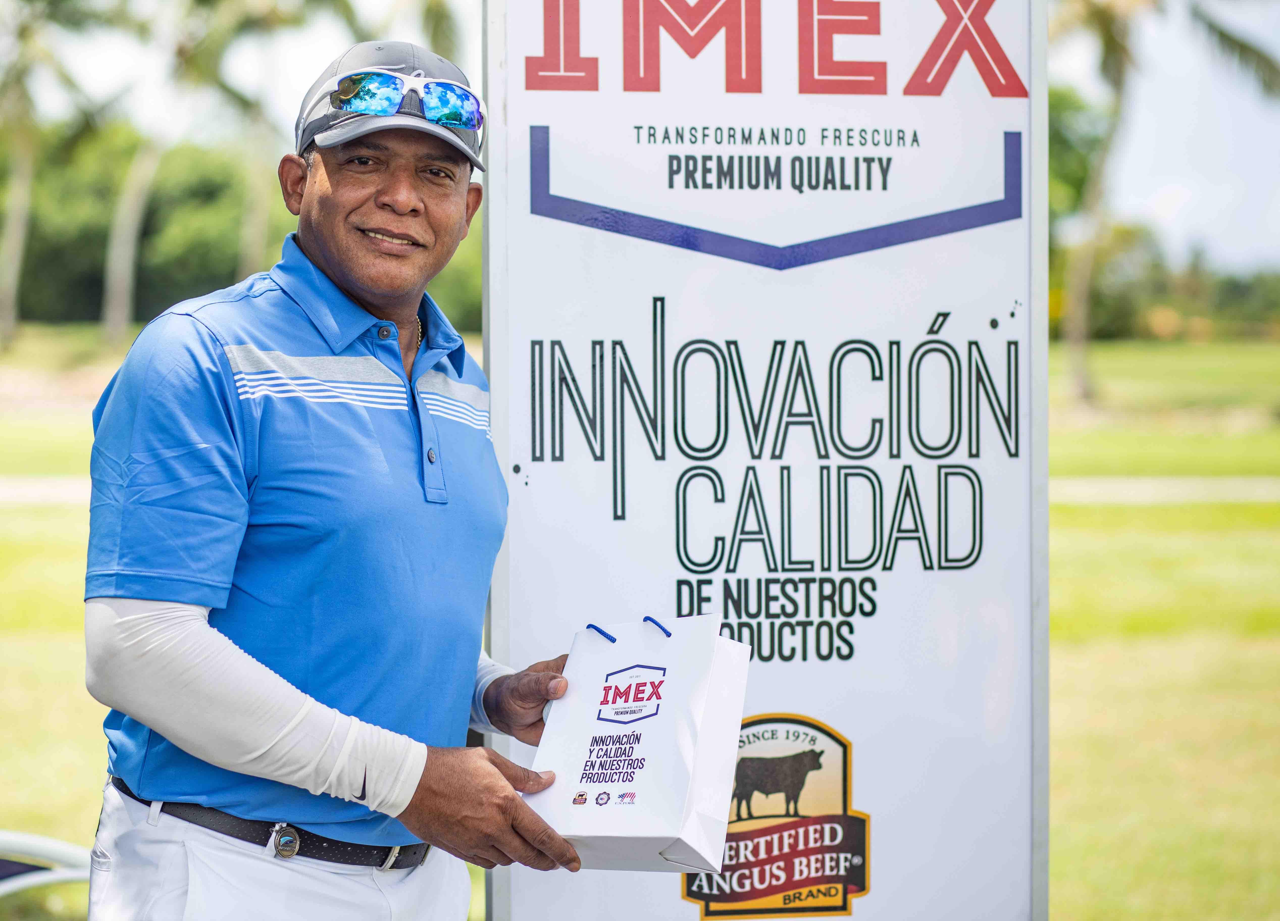 Golfista posa junto al banner de Imex