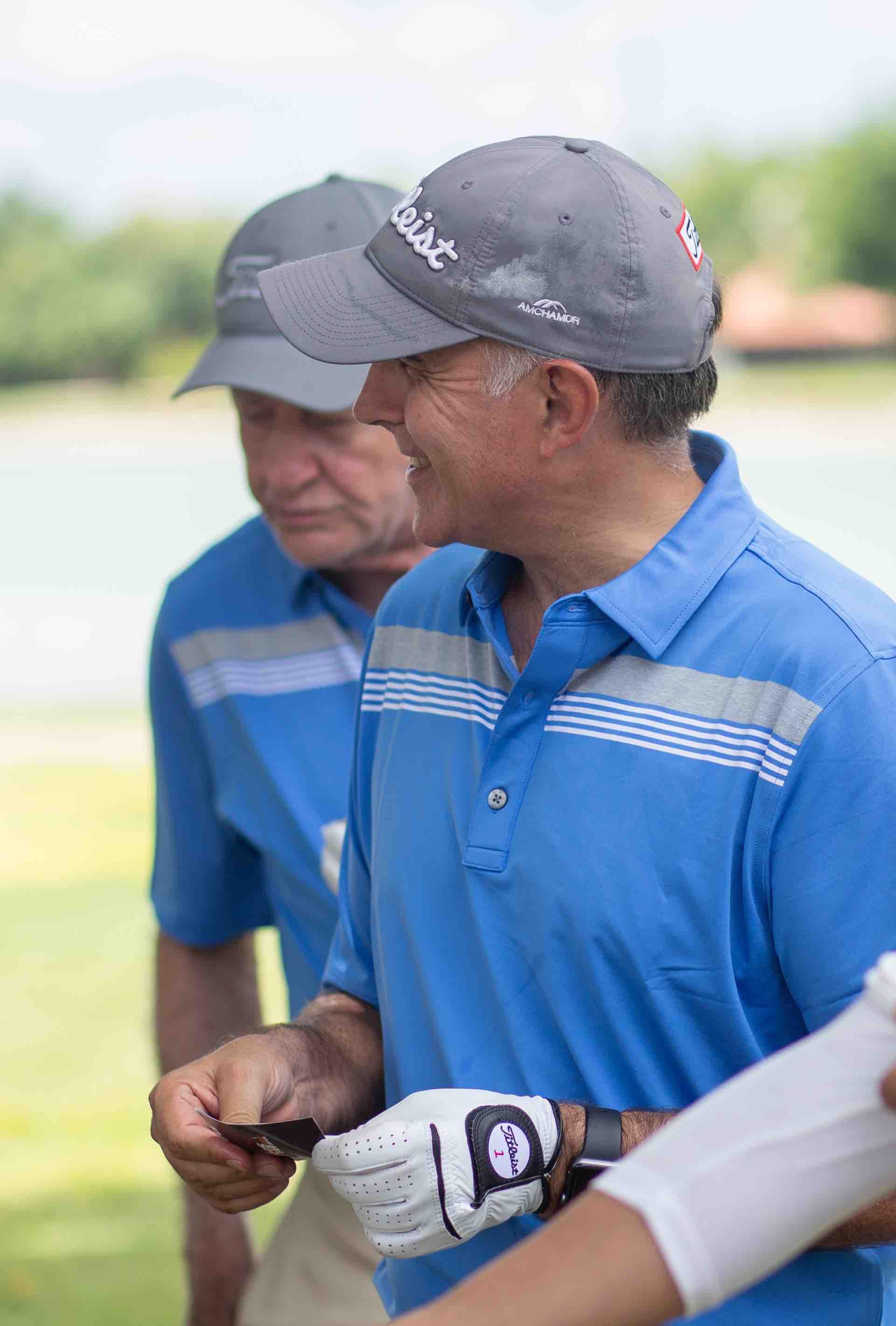 Golfistas conociendo sobre los platos servidos en el stand de Imex
