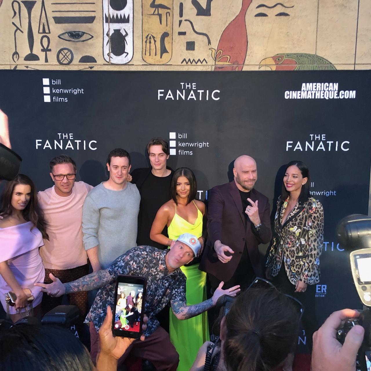 Marta Gonzalez junto a actores en premier