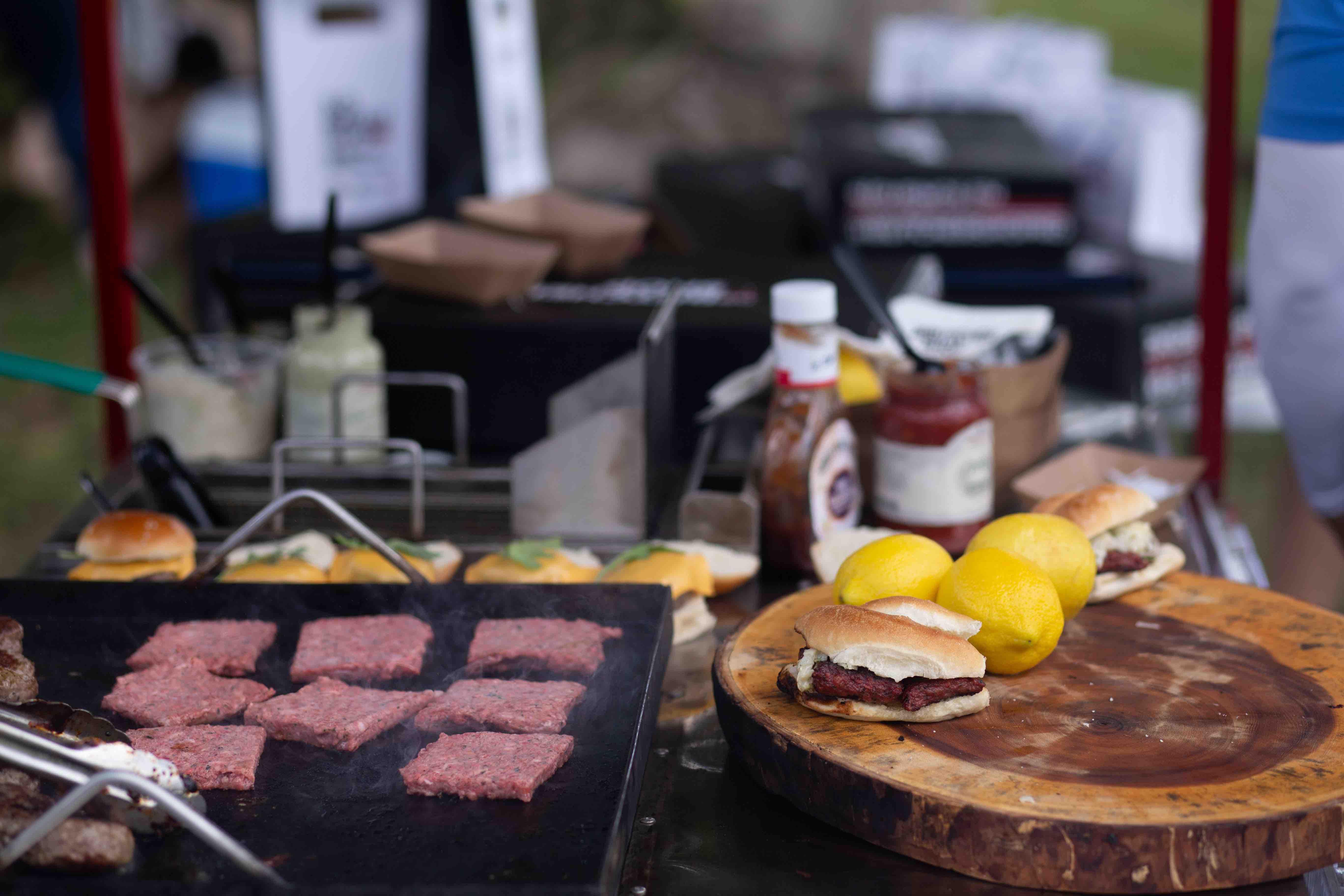 Preparación de los platos en el stand de Imex