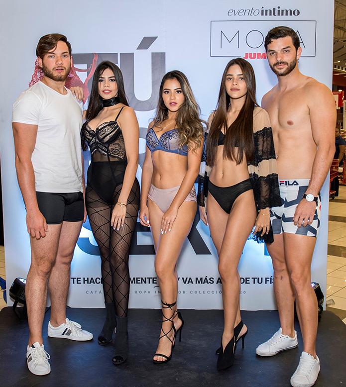 Modelos exhibiendo la nueva colección (2)
