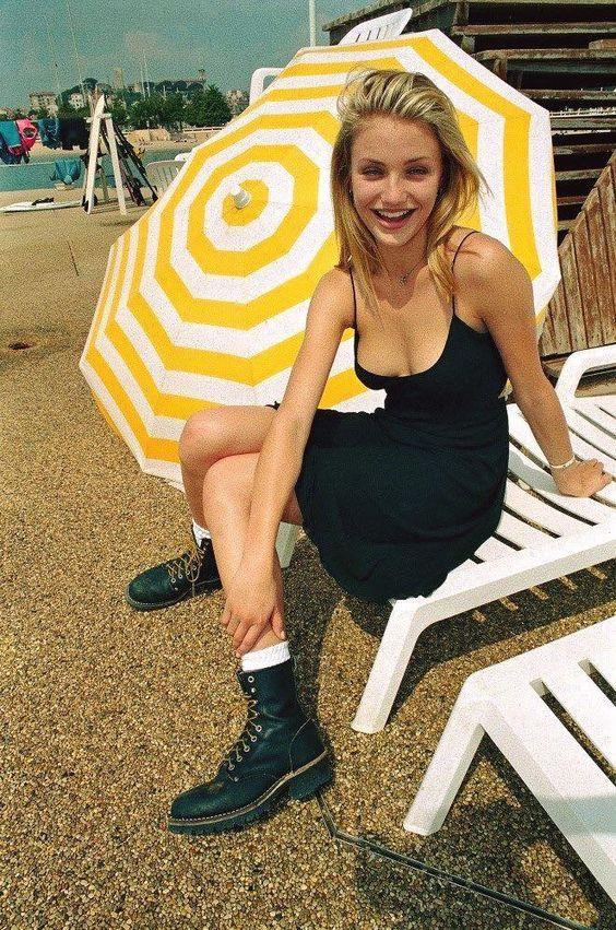 Cameron Diaz luciendo botas militares a incisos de los 2000
