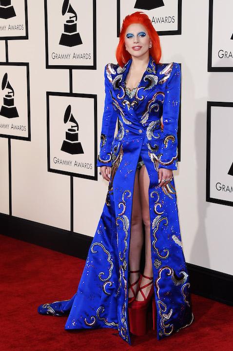 Con un look inspirado en David Bowie en los Grammy 2016