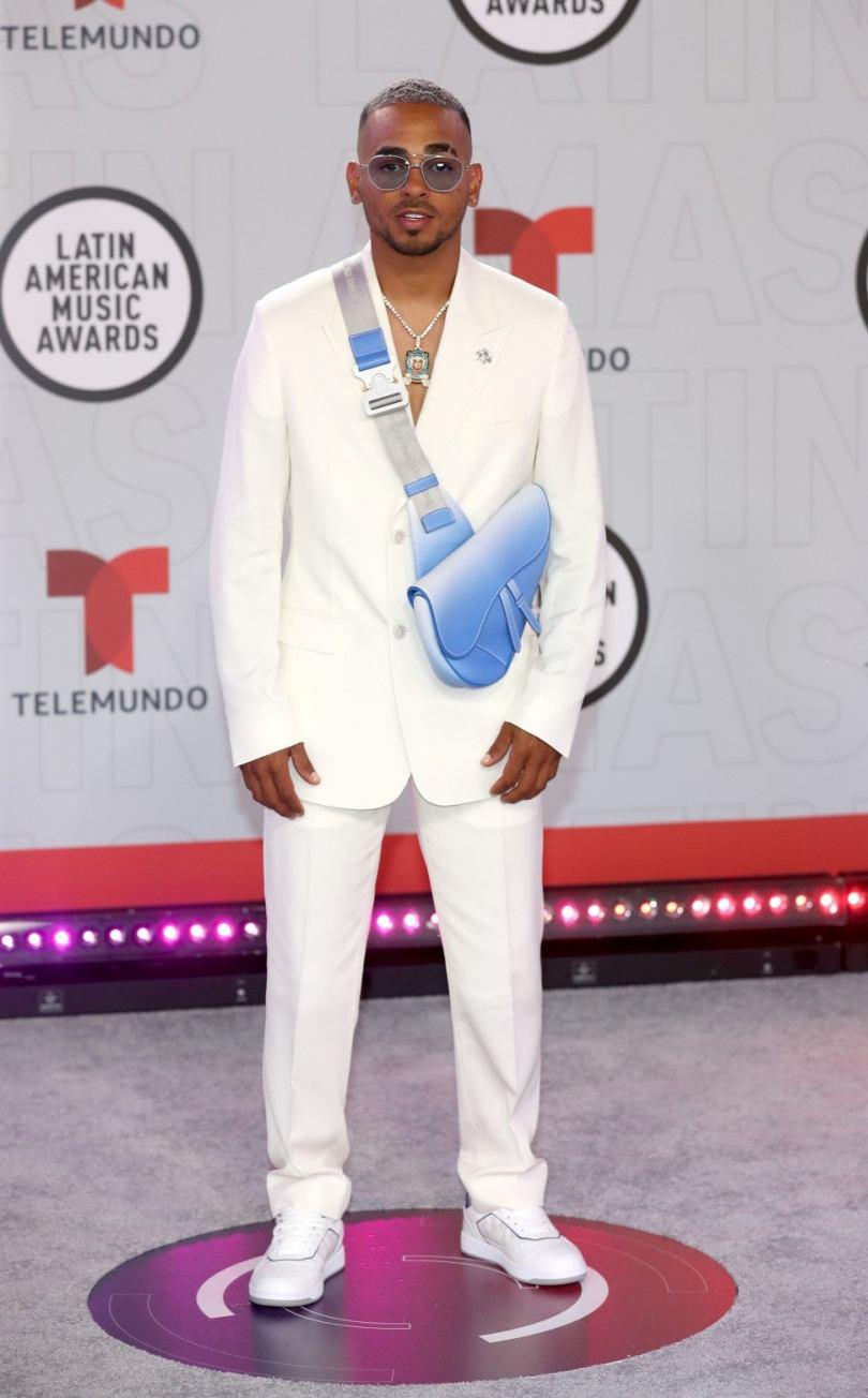 Ozuna vistió un suit en blanco y cartera bandolera en azul cielo de Dior