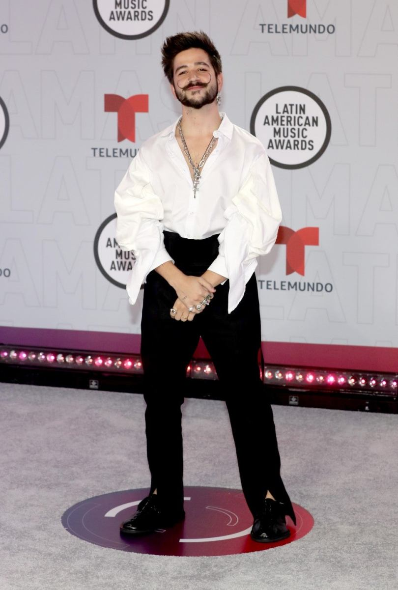 Camilo llegó a la alfombra con camisa blanca y pantalón negro. Una combinación clásica con una silueta marcada por el volumen