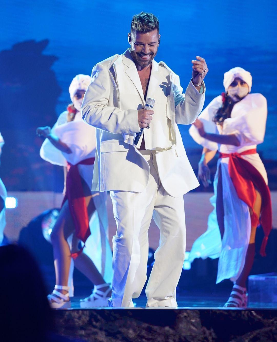 Ricky Martin compartió escenario con Carlos Vives, presentando el tema ¨Canción Bonita¨.