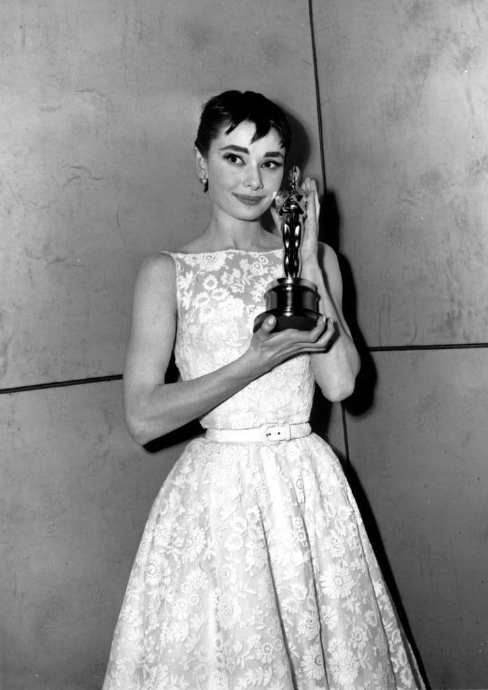 Audrey Hepburn vistiendo de Givenchy en 1954.