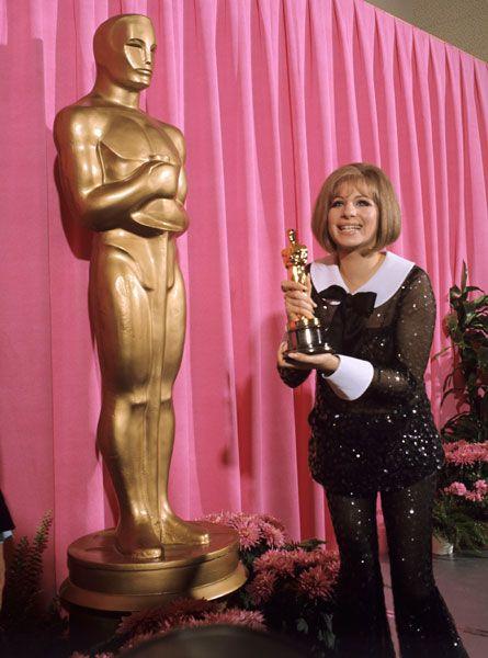 Barbra Streisand con un  look diferente para este tipo de eventos. Firmado por Arnold Scassi 1968.
